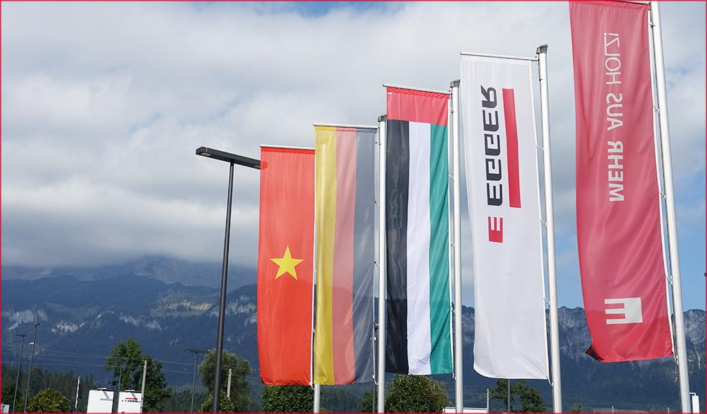 Quốc kỳ Việt Nam chào mừng đón tiếp đoàn tới nhà máy Egger