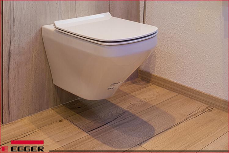 Nhà vệ sinh ấm áp và sạch sẽ nhờ sàn gỗ công nghiệp